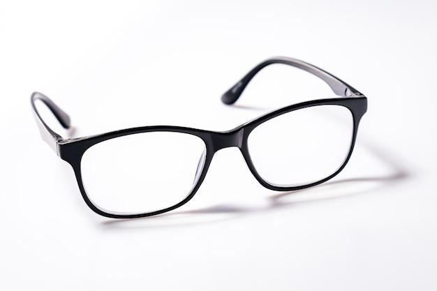 Brille der blauen augen mit glänzendem schwarzem rahmen