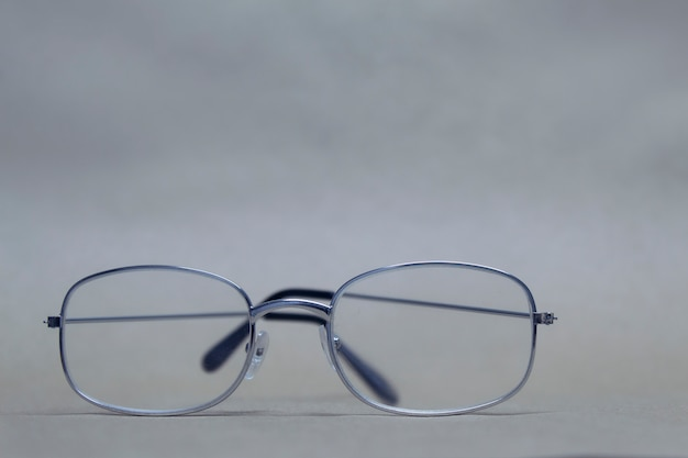Brille für sicht mit klarglas liegt auf einem neutralen hintergrund.
