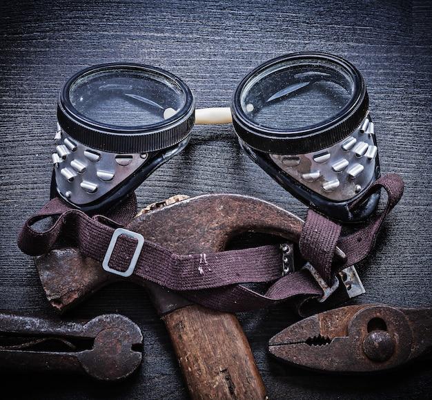Brille hammerzange auf vintage holz