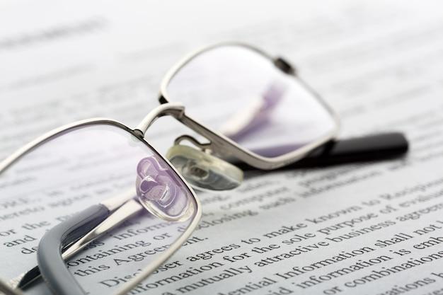 Brille liegt auf der zeitung