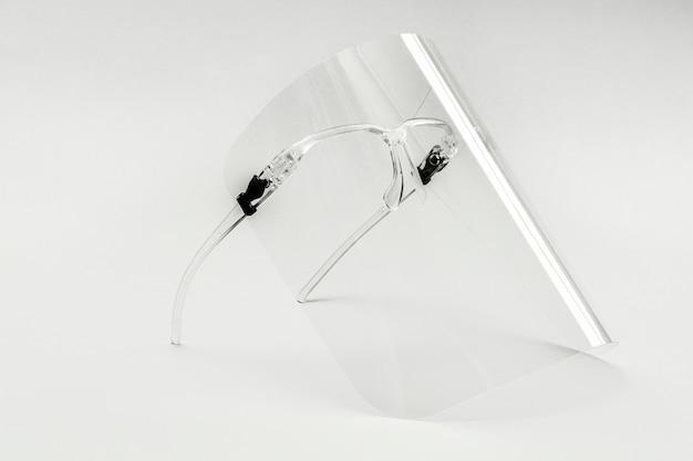 Brille mit abnehmbarem gesichtsschutz auf weiß