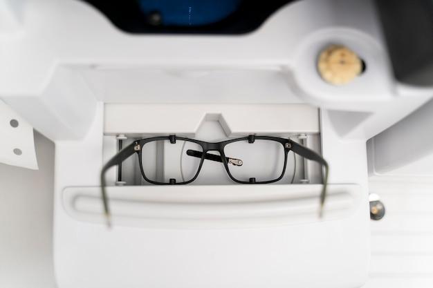 Brille mit schwarzer rahmenanordnung