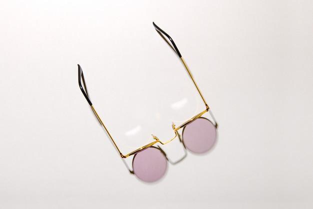 Brille oder sonnenbrille mit drahtrand von oben nach unten