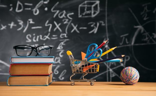 Brillen auf büchern mit schreibwaren, bildungskonzept