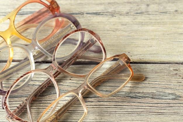 Brillen auf holztisch