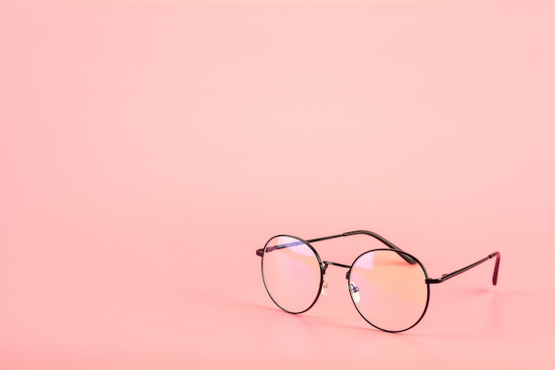 Brillen auf rosa hintergrund.