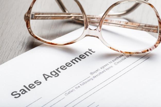 Brillen auf vertragsdokumentenpapieren geschäftskonzept
