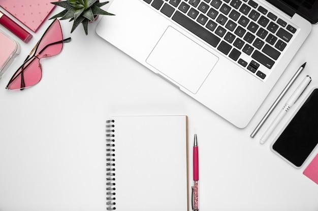 Brillen. . femininer home-office-arbeitsbereich, copyspace. inspirierender arbeitsplatz für produktivität. konzept von business, mode, freelance, finanzen und kunstwerken. trendy pastellrosa farben.