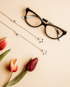Brillen für damen tulpen und accessoires auf dem tisch
