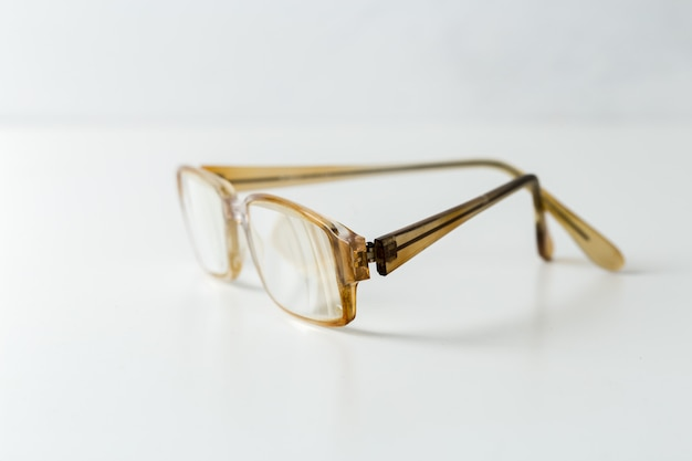 Brillen getrennt auf weiß