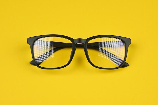 Brillen lokalisiert auf gelbem hintergrund