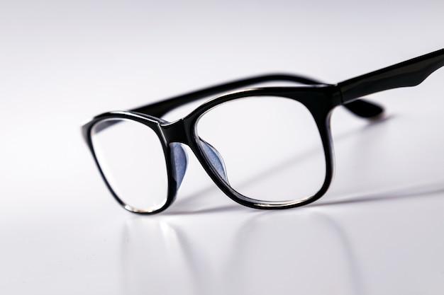 Brillen mit schwarzen augengläsern mit glänzendem schwarzen rahmen zum lesen des täglichen lebens an eine person mit sehbehinderung, die auf weißem hintergrund isoliert ist.