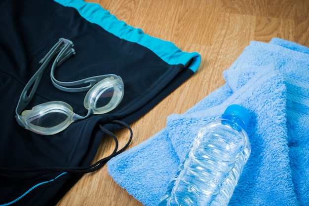 Brillen und badehosen, wasserflaschen, handtuch