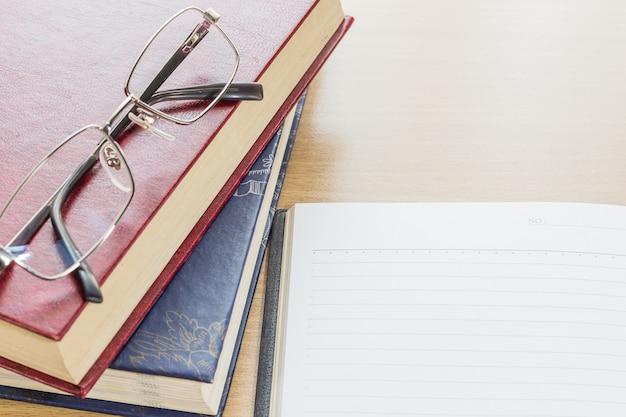 Brillen und notebook öffnen leere seite