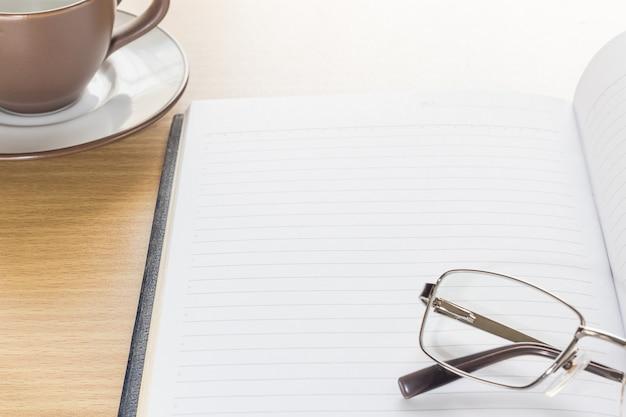 Brillen und notizblock mit leerseite