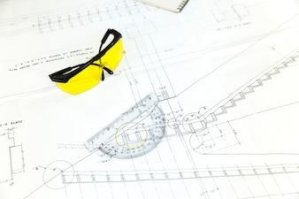 Brillen und Papierplan auf Tabelle