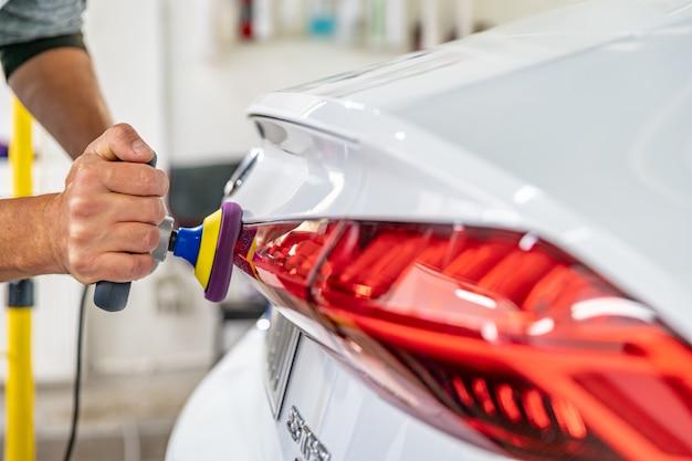 Bringen sie den glanz des scheinwerfers von autos mit hilfe des polierens zurück