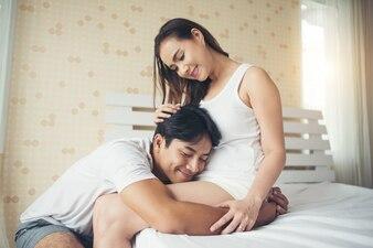 Bringen Sie hören, wie sein Sohn oder seine Tochter zu Hause in die Mutter auf das Bett tritt