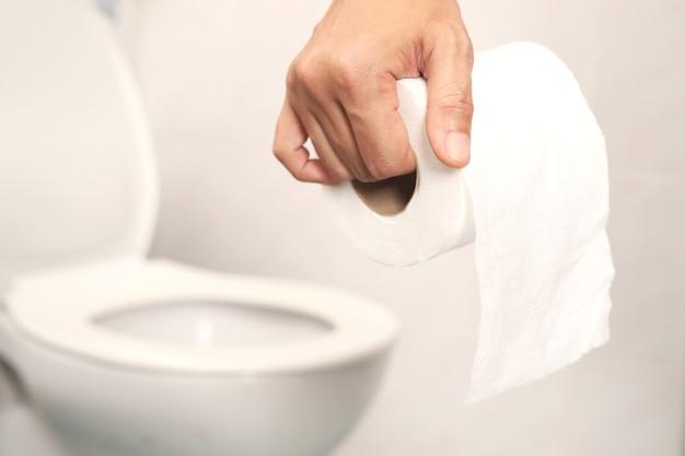 Bringen sie toilettenpapier mit ins badezimmer. zur reinigung im badezimmer