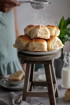 Briochebrötchen mit honig und milch - essen und trinken