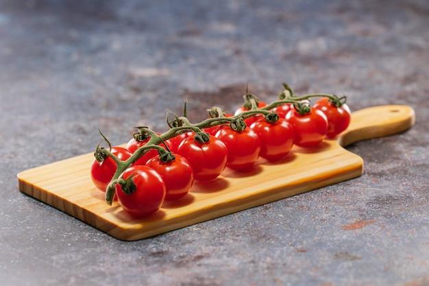 Britische piccolo-tomaten, die auf dem schneidebrett liegen