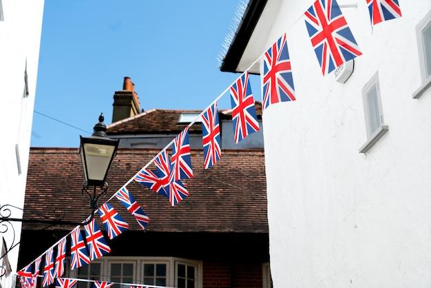 Britische und englische nationalflagge im restaurant und pub, london