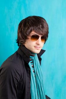 Britischer indie-pop-rockblick retro- hüfte junger mann