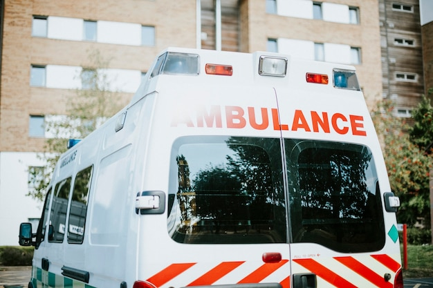 Britischer krankenwagen auf einem parkplatz geparkt