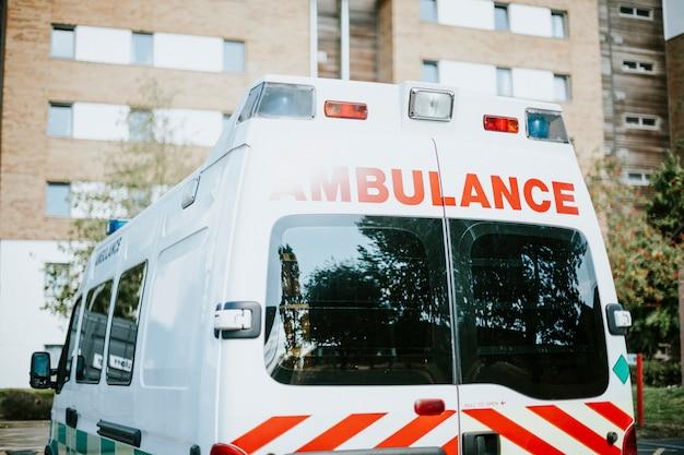 Britischer krankenwagen parkte auf einem parkplatz