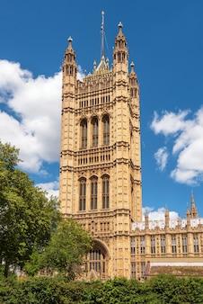 Britisches parlament, das westminster in london großbritannien an einem glänzenden sonnigen tag und an einem blauen himmel errichtet.