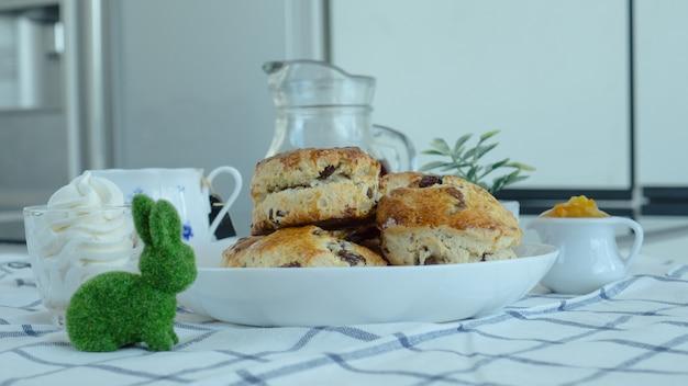 British scones mit frischkäse, orangenmarmelade und einer tasse kaffee