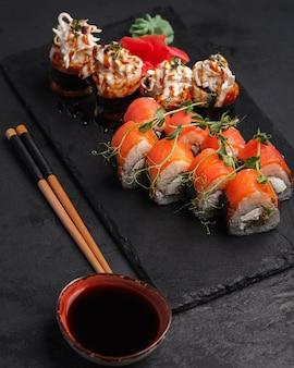 Brötchen japanische und chinesische traditionelle küchesushi-bar set