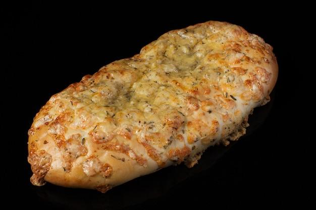 Brötchen mit käse und dill auf dunklem hintergrund.georgischer lavash mit käse