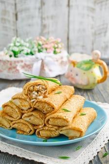 Brötchen pfannkuchen gefüllt mit fleisch und reis