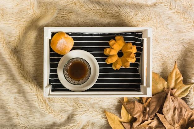 Brötchen und getrocknete blätter des kaffees nahe