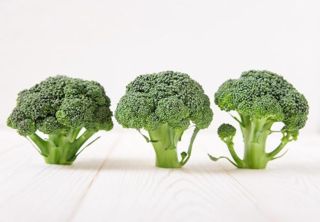 Brokkoli auf dem hölzernen hintergrund minimalistischer stil