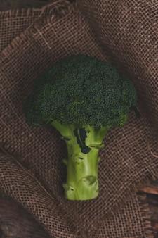 Brokkoli auf dem tisch