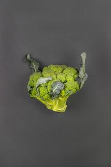 Brokkoli auf einem grünen hintergrund. minimalismus. gesundes essen.