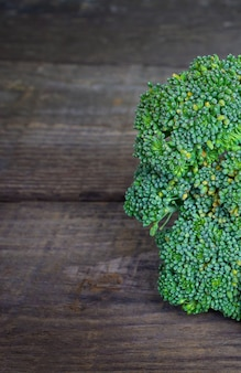 Brokkoli auf einem hölzernen hintergrund