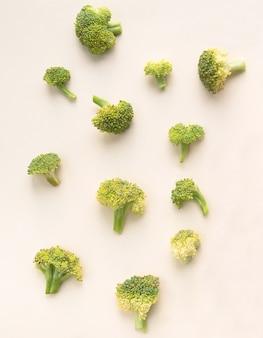 Brokkoli auf einer hellrosa oberfläche. sicht von oben
