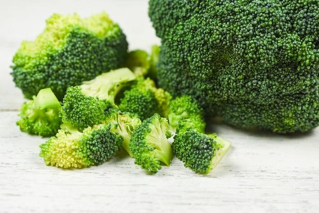 Brokkoli auf weißem holztisch