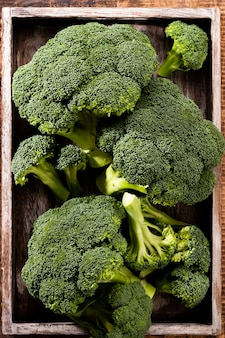 Brokkoli. frischer grüner brokkoli auf einem blauen steintisch. ansicht von oben. freier kopienraum.