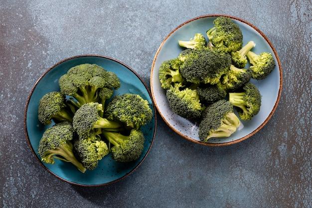 Brokkoli. frischer grüner brokkoli auf einem blauen steintisch. draufsicht. freier kopierplatz.