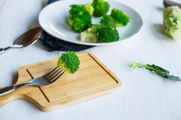 Brokkoli-gemüse für die gesundheit auf küchentisch
