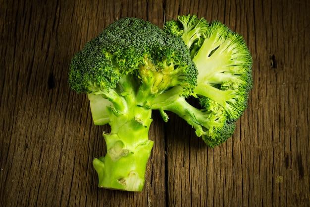 Brokkoli halb auf holz. altes holz