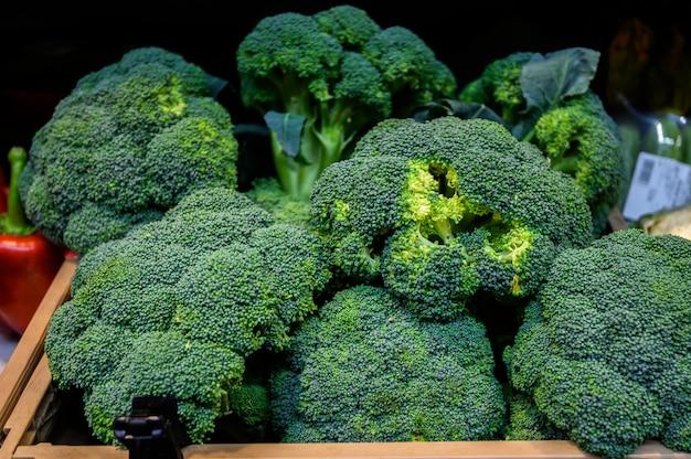 Brokkoli in einer holzkiste, markt. bauernhofökoprodukte
