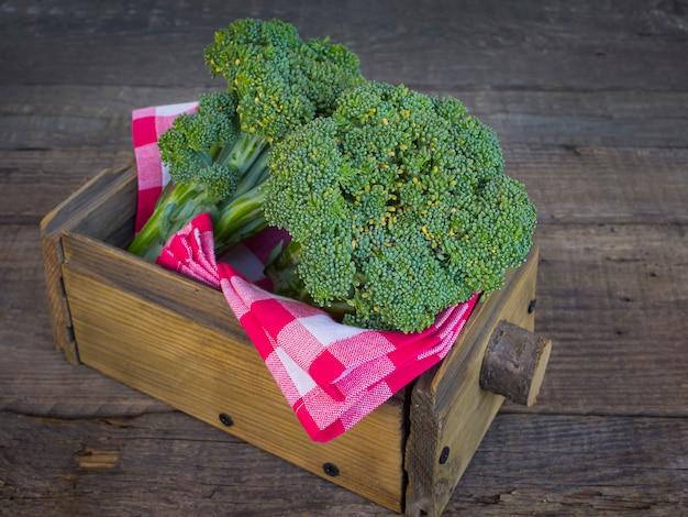 Brokkoli in einer holzkiste