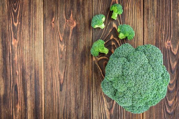 Brokkoli lokalisiert auf hölzernem hintergrund.