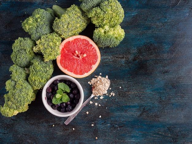 Brokkoli mit blaubeeren und pampelmuse auf tabelle