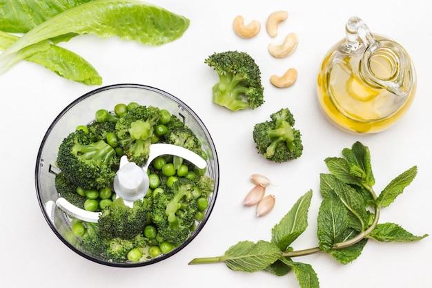 Brokkoli mit grünen erbsen und cashewnüsse in der mixschüssel